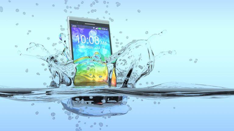 Esto es lo que debes hacer si tu smartphone se cae al agua