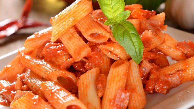 Macarrones con tomate gratinados: así se hacen en el microondas