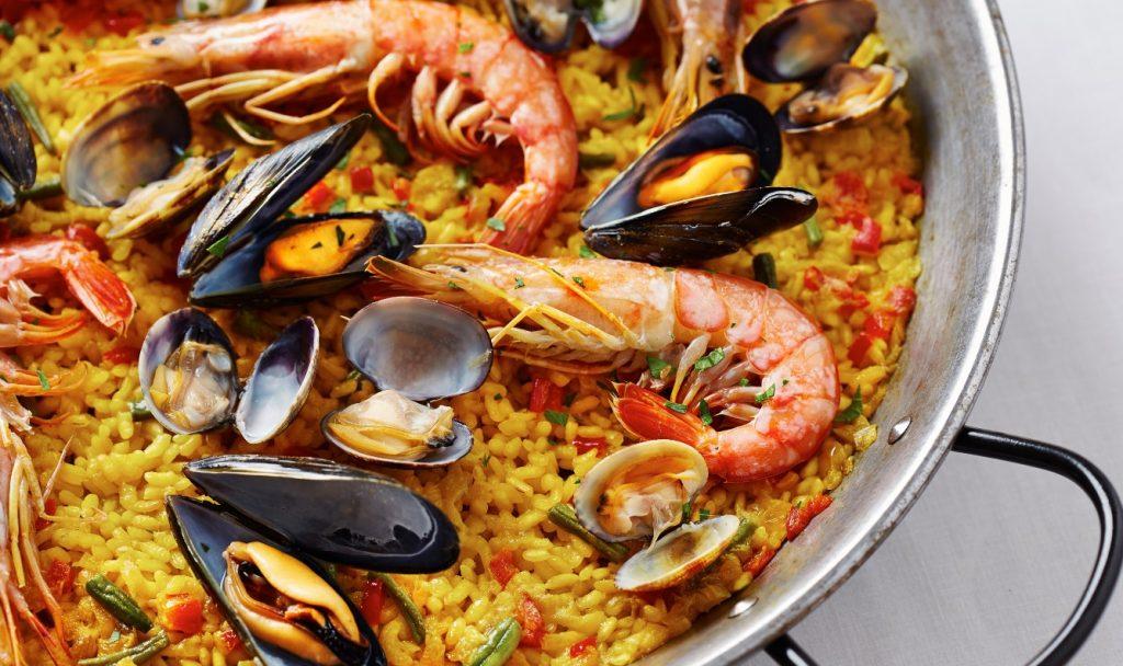 Paella de marisco, con arroz y caldo de marisco.