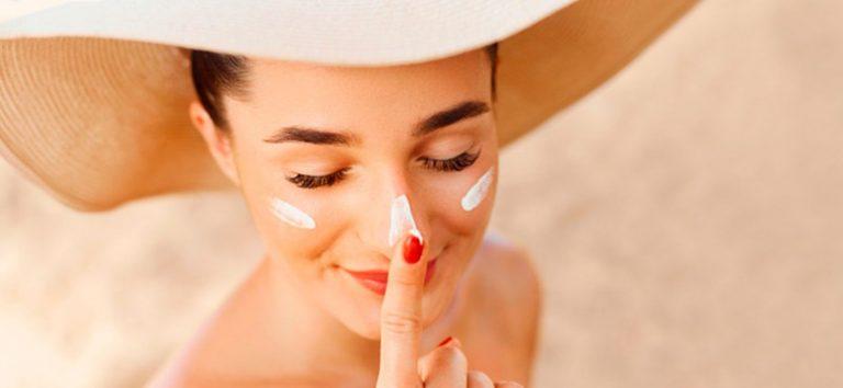 Protección solar: así es la regla de los dos dedos para echarte bien el protector solar