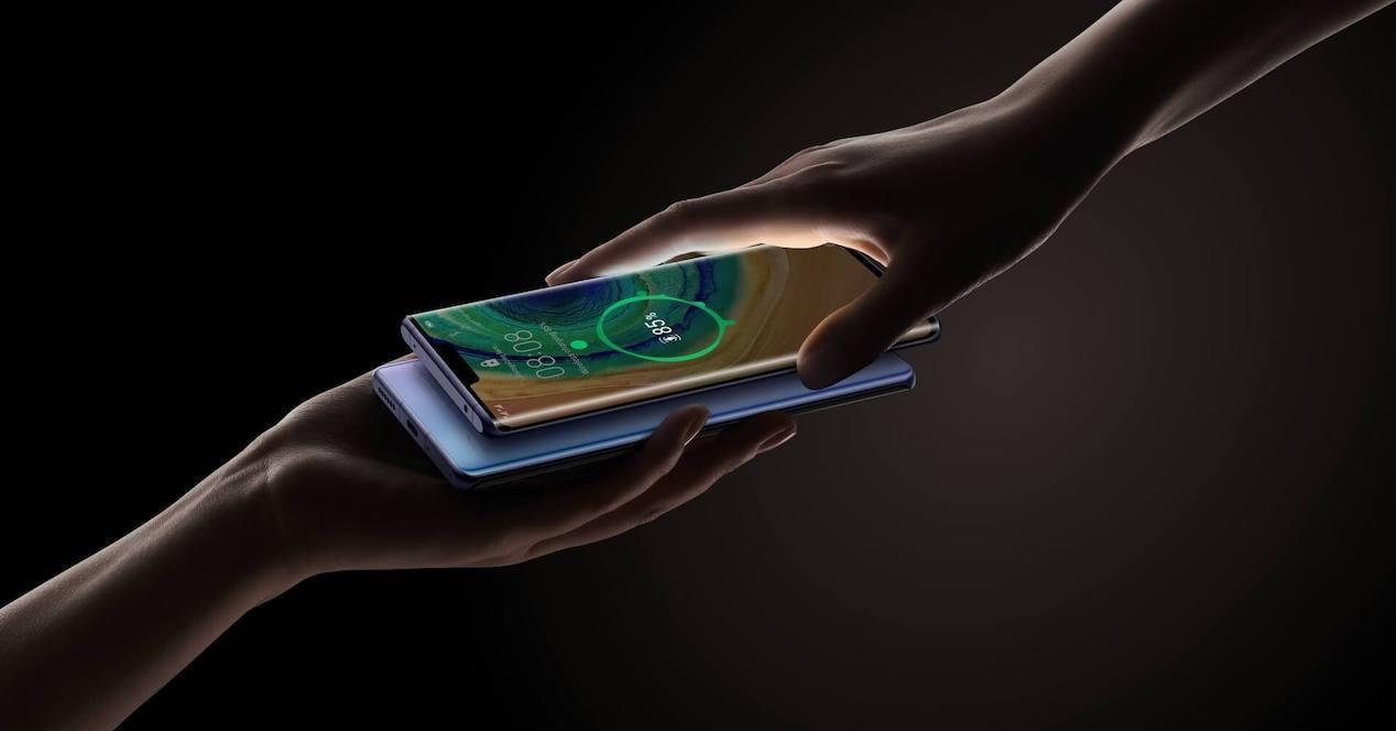 Qué es la carga inversa de batería en el móvil