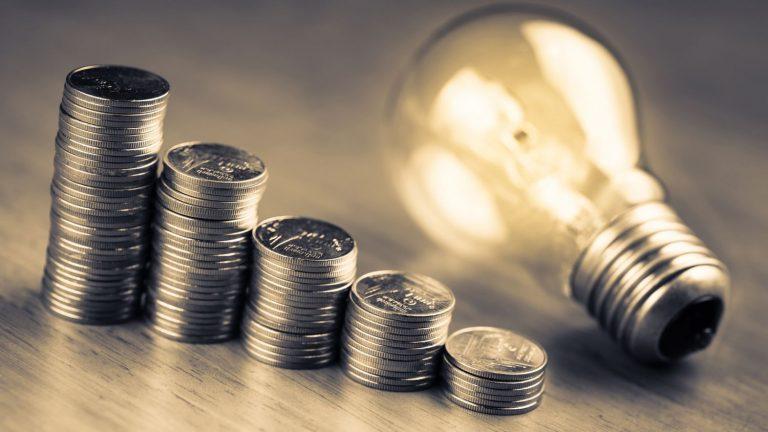 Trucos de la OCU para que ahorres con la nueva tarifa de la luz