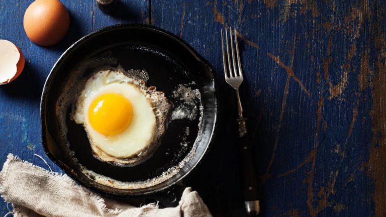 Huevo frito: tres trucos infalibles para que no te salte el aceite