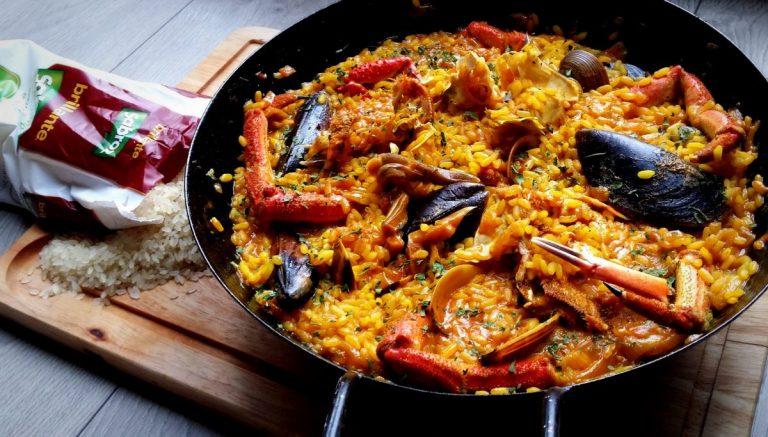 Esto es lo que le pasa a tu paella si remueves el arroz