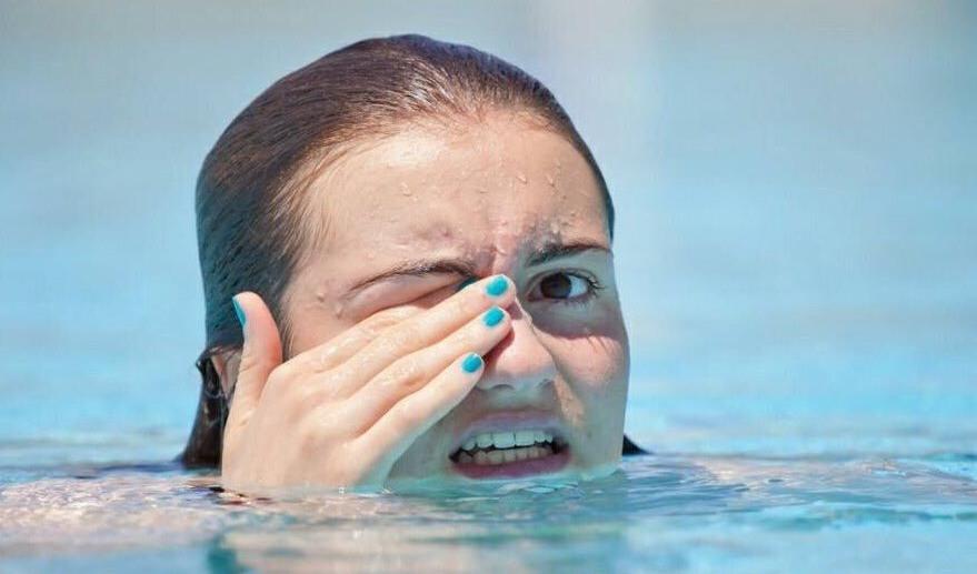¿Cuán riesgo existe ante niveles altos de cloro en la piscina?