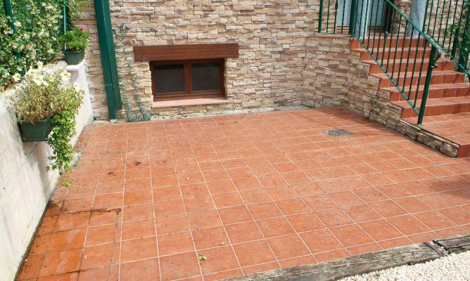 Limpieza para el balcón con suelo de cerámica de gress