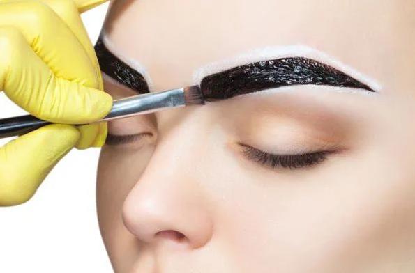 ¿Cómo disimular las canas de las cejas?