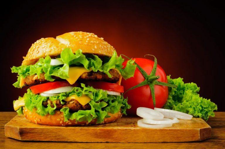 Hamburguesa: así debes colocar los ingredientes en el pan para que no se desmonte