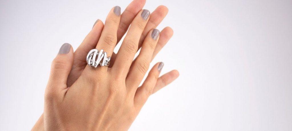 ¿En qué dedos hay que colocarse los anillos?