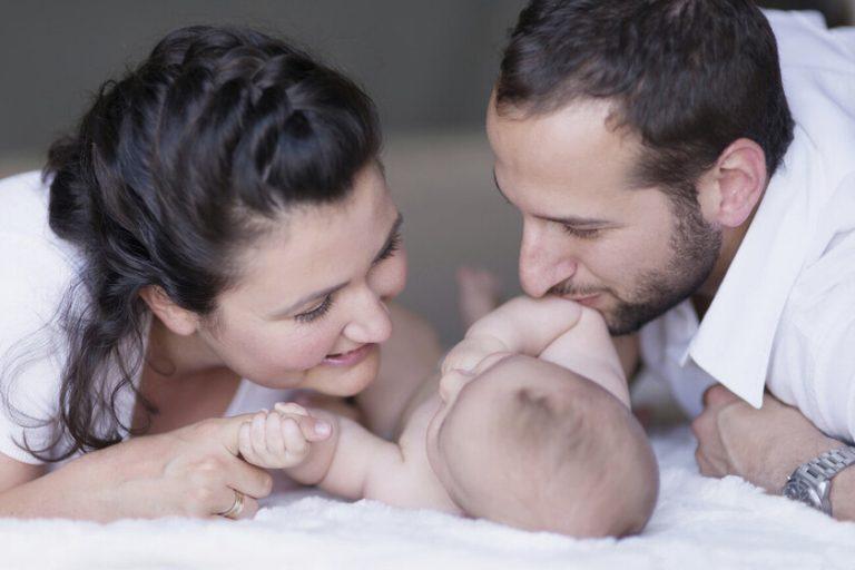 Cómo tramitar la baja por maternidad o paternidad