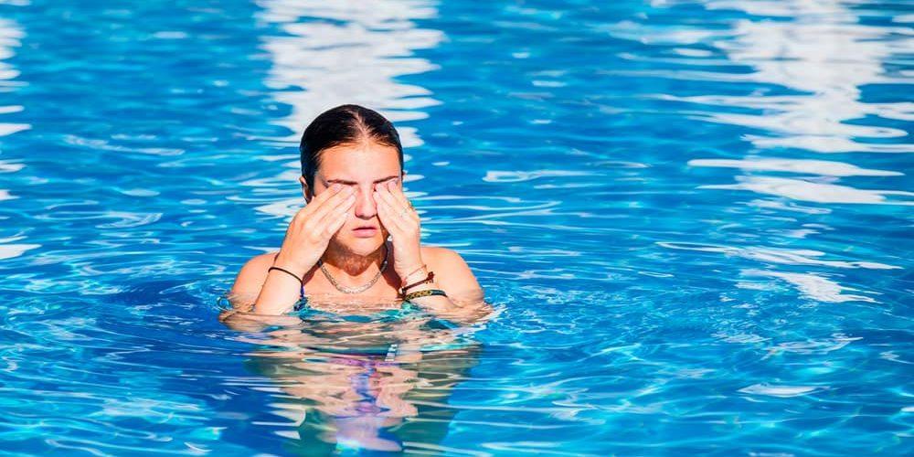 Este es el motivo por el que te pican los ojos después de estar en la piscina