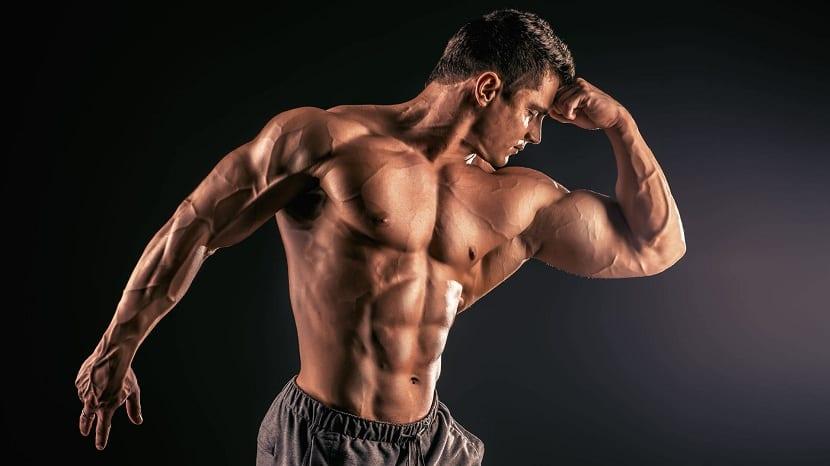Hombre con masa muscular