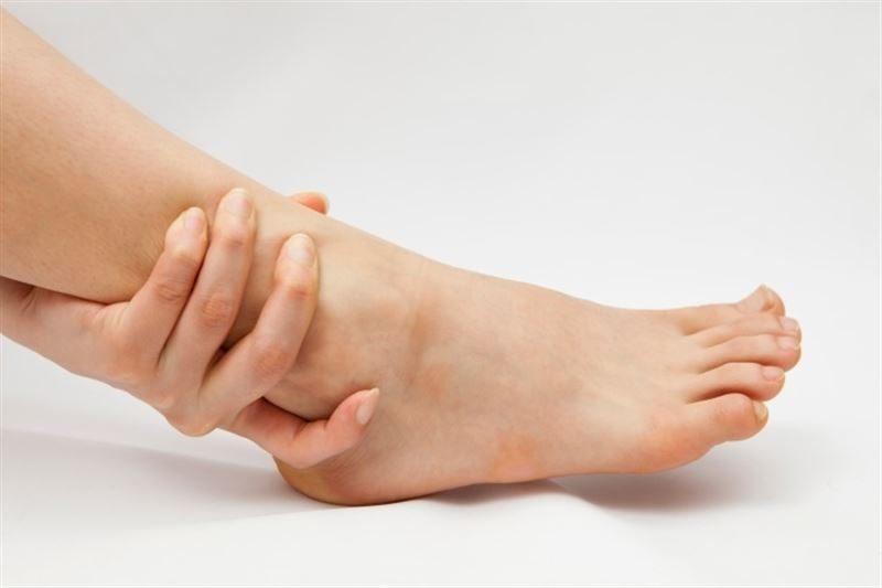 Este es el motivo por el que se te hinchan las piernas