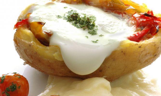 Patata rellena de piperrada y huevo