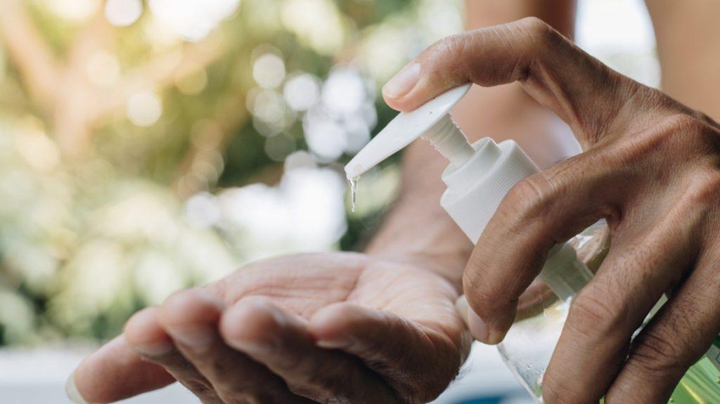 Por qué no debes secarte las manos cuando te desinfectas con alcohol