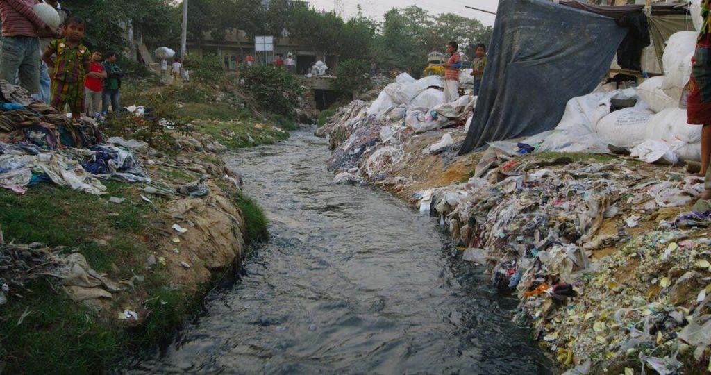 ¿Cuál es el impacto del poliéster en el medio ambiente?