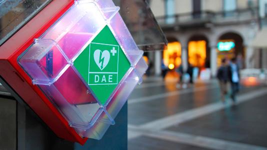 ¿Qué significan las siglas DEA y DESA que se encuentran en los desfibriladores?
