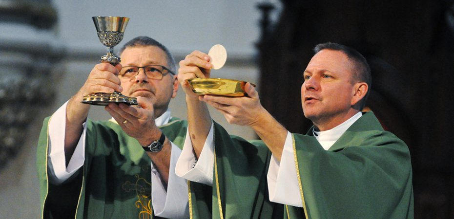 ¿Cuáles son las funciones de los diáconos en la iglesia católica?