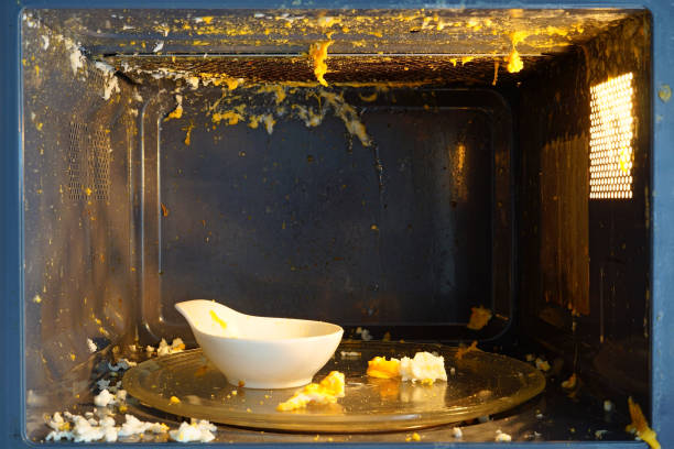 El truco para limpiar el microondas con medio limón