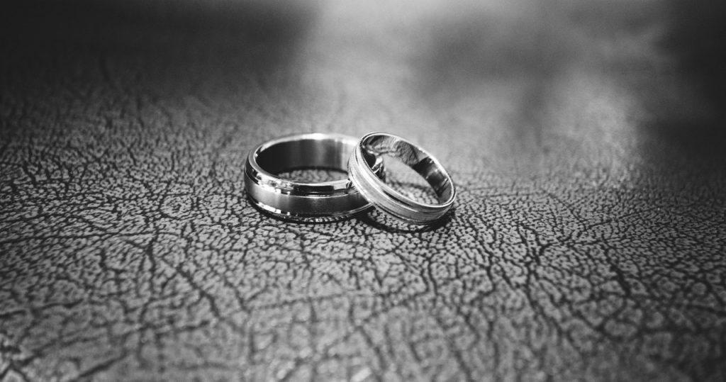 Por qué nunca deberías dormirte con los anillos puestos