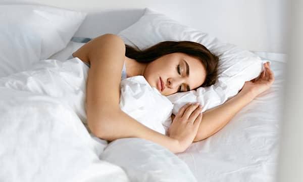 En qué lado de la cama debes dormir para ser más feliz