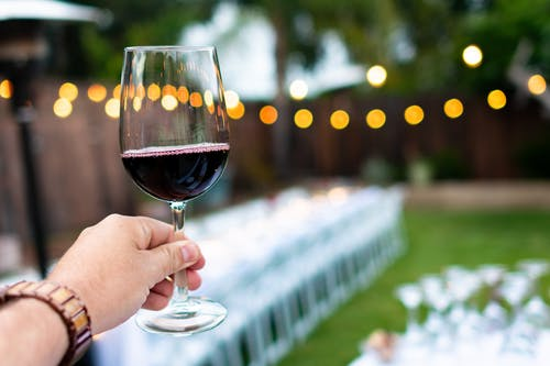 ¿Cómo se fabrica el vino tinto y el blanco?