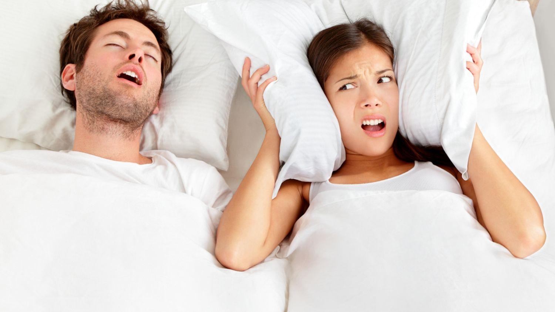 El truco para saber si roncas cuando duermes