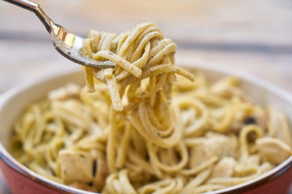 Espaguetis al cava: la receta deluxe que deja la carbonara por los suelos